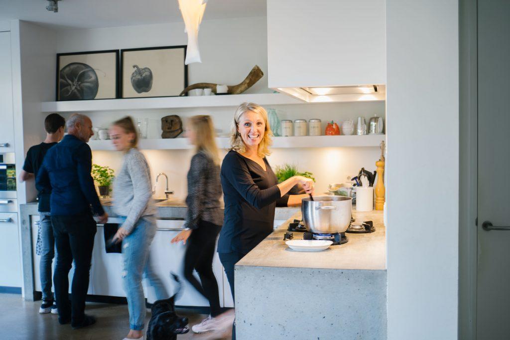 Gezin in keuken